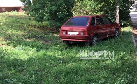 авто на газоне