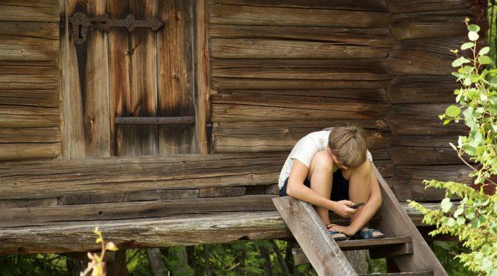 мальчик и телефон